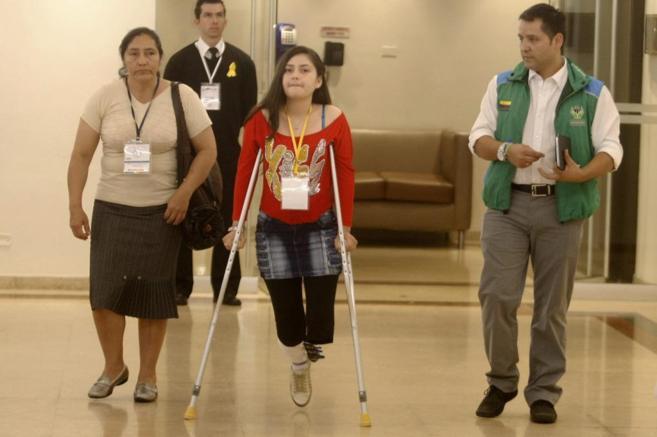 Ángela Ruales, víctima de una mina antipersonal, asiste a la...