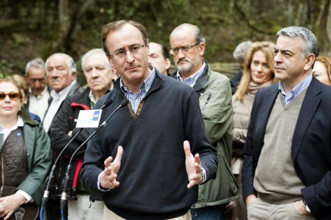 Alfonso Alonso, durante su intervención, junto al diputado general de...