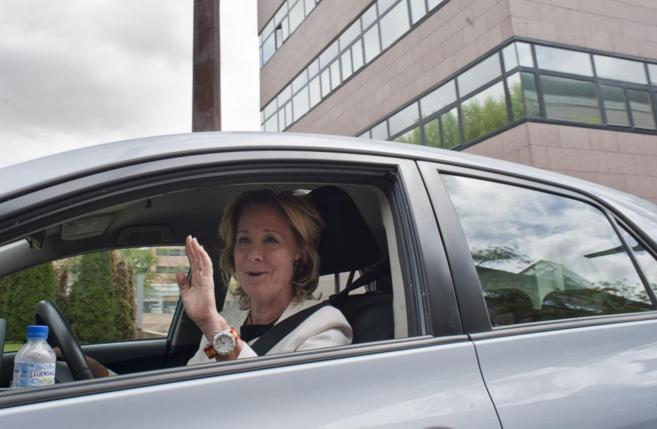 La ex presidenta regional, Esperanza Aguirre, al volante de su propio...