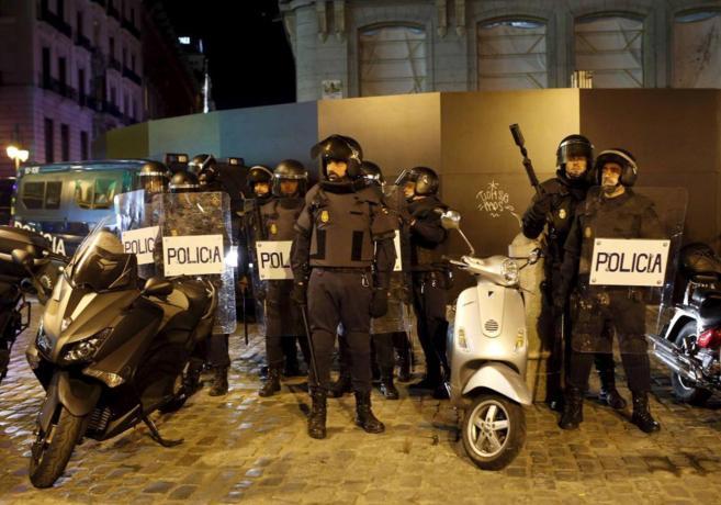 Agentes de la UIP toman posiciones ante grupos radicales en los...