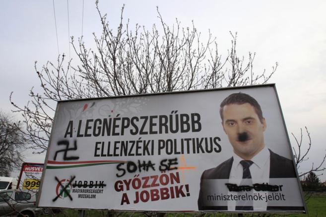 Un poster del partido ultraderechista Jobbik en el que han pintado...