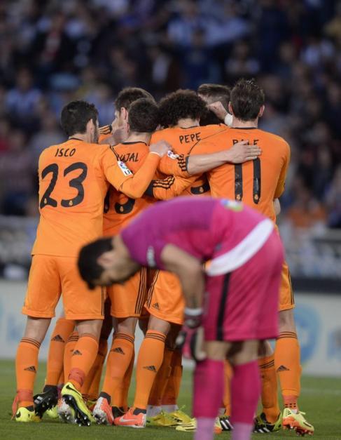 Los jugadores del Real Madrid celebran un gol ante un Claudio Bravo...