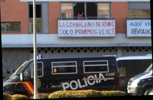 Un furgón policial en la zona a desalojar.
