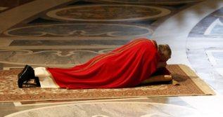 El Papa Francisco, rezando.