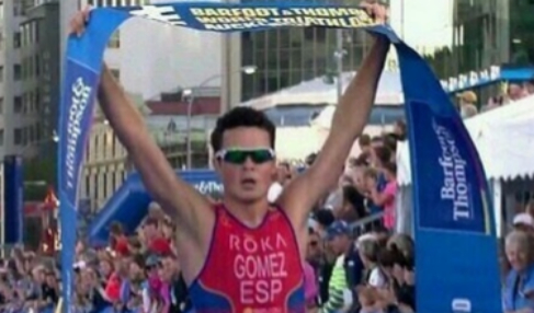 Javier Gómez Noya, al cruzar la línea de meta en Auckland.