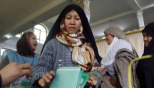 Una mujer afgana vota en Kabul.