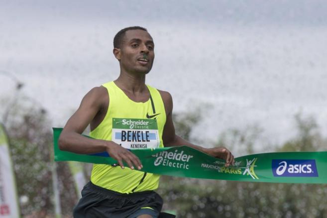 Kenenisa Bekele, en el momento de cruzar la línea de meta.