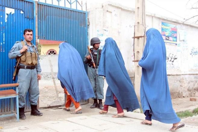 Tres mujeres entran a votar en un colegio electoral, ayer, en Kabul.