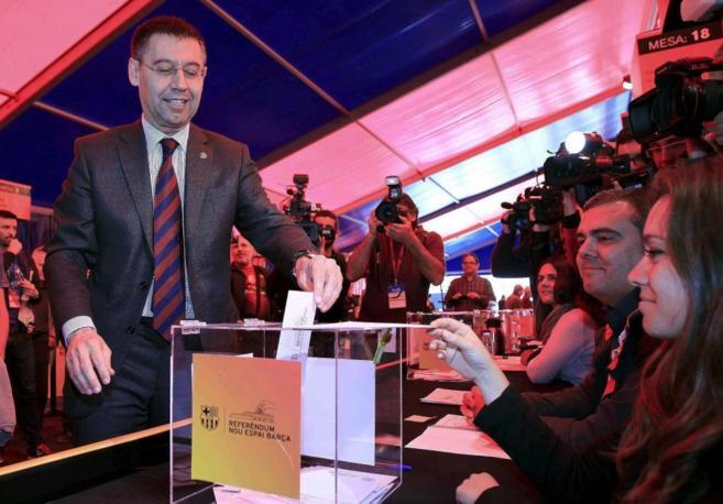 Josep María Bartomeu vota durante el referéndum sobre el Camp Nou.