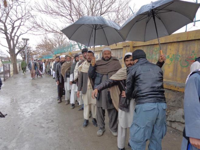 Registros en una de las colas para votar en Paktia.