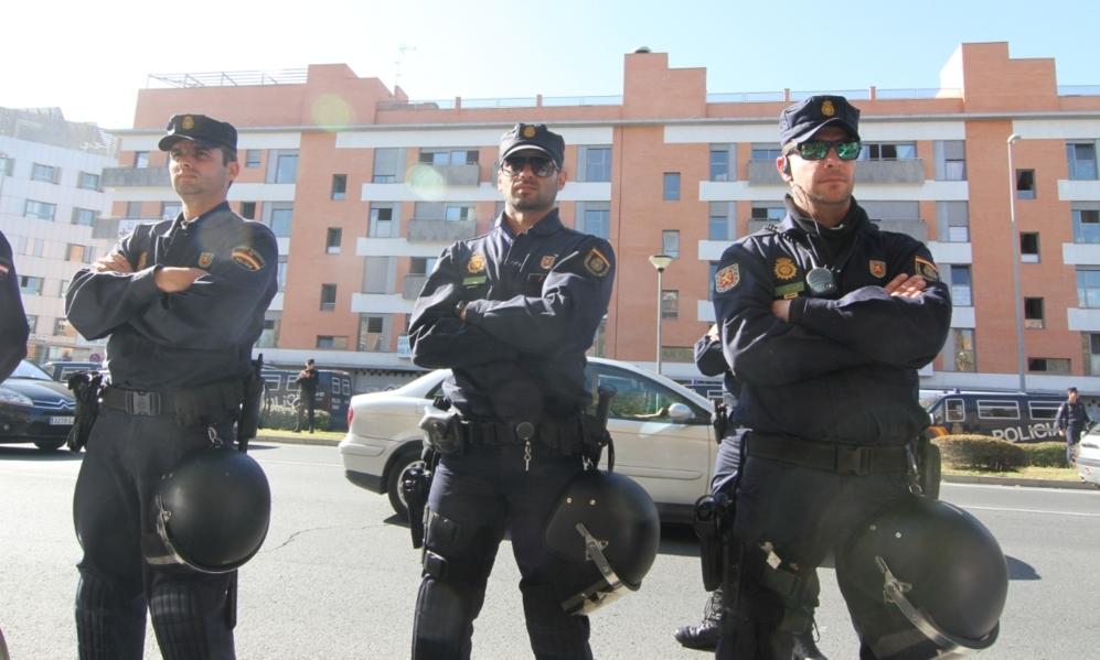 Varios agentes protegen el cordon policial instalado en el entorno del...
