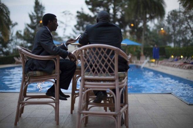 Hombres de negocios en la terraza del hotel Mil Colinas, que inspiró...