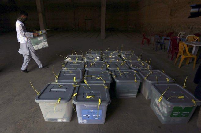Un funcionario coloca cajas selladas con votos electorales en la...