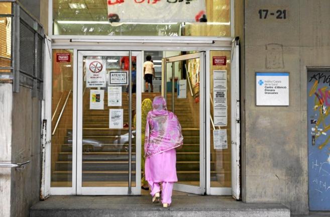 Dos inmigrantes entran en un centro de atención primaria en...