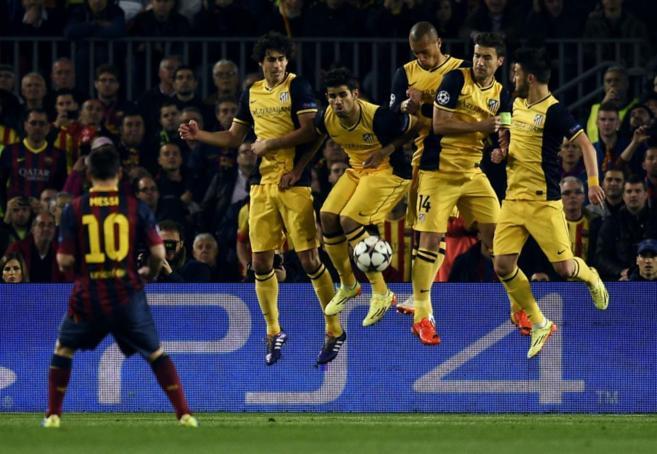 Messi estrella el balón contra la barrera del Atlético, el pasado...