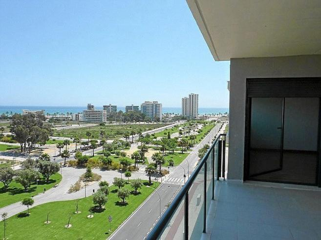 Imagen de archivo de una terraza de un piso en venta junto a la playa...