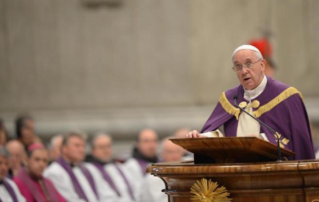 El Papa Francisco oficia una misa en la Basílica de San Pedro en el...