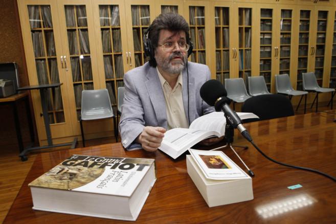 El profesor Cristóbal Macías conduce su programa de radio rodeado...