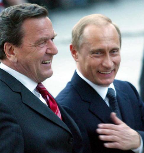 Schröder (izda.) y Putin, en el 60º cumpleaños del ex canciller en...