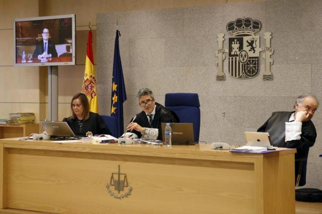 Fernando Grande-Marlaska, en el centro, durante el juicio por el...