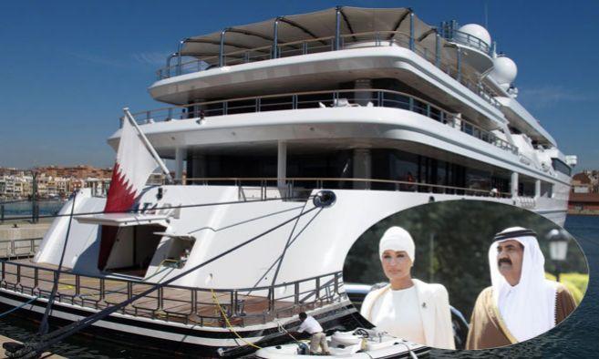 El 'Katara' atracado en el puerto olímpico de Barcelona...