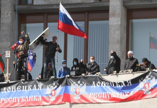 Activista pro rusos toman un edificio público y declaran la...