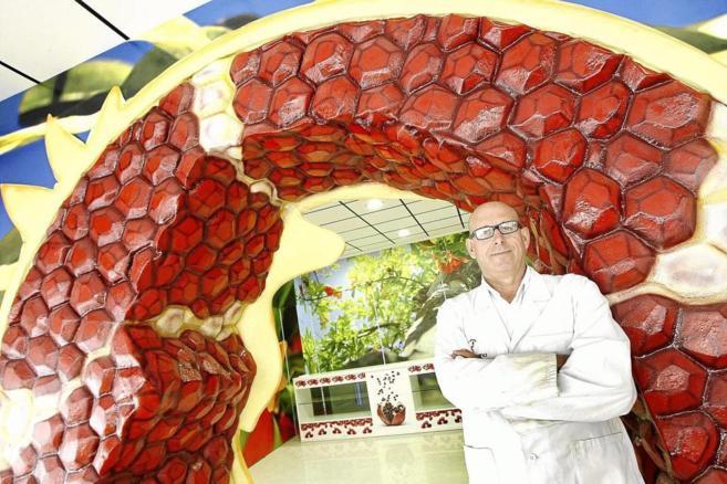 El director general de Vitalgrana, Manuel Esclapez, con el Omega 5 que...