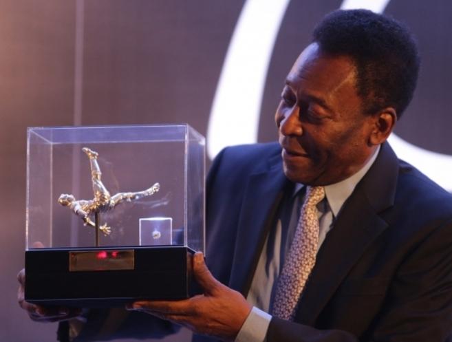 Pelé muestra uno de los diamantes de la nueva colección en Sao...