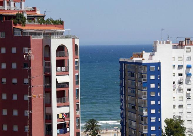Imagen de archivo de dos bloques de pisos en Cullera, Valencia.