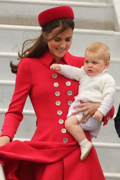 Así aterrizó Kate Middleton, con su abrigo rojo con botones de carey...