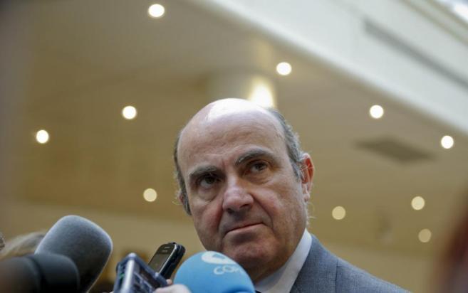 Luis de Guindos, ministro de Economía en los pasillos del Senado.