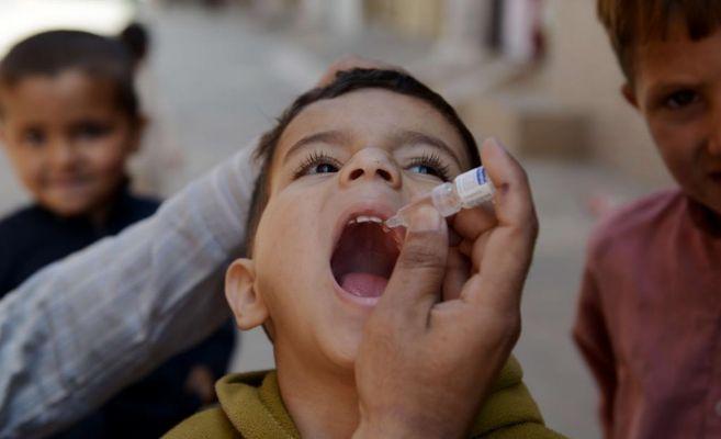 Un niño paquistaní recibe la vacuna de la polio
