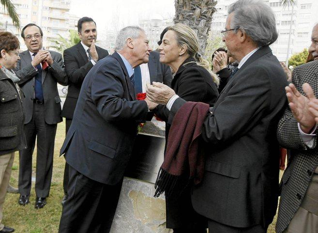 Díaz Alperi saluda a Sonia Castedo en su última aparición pública...
