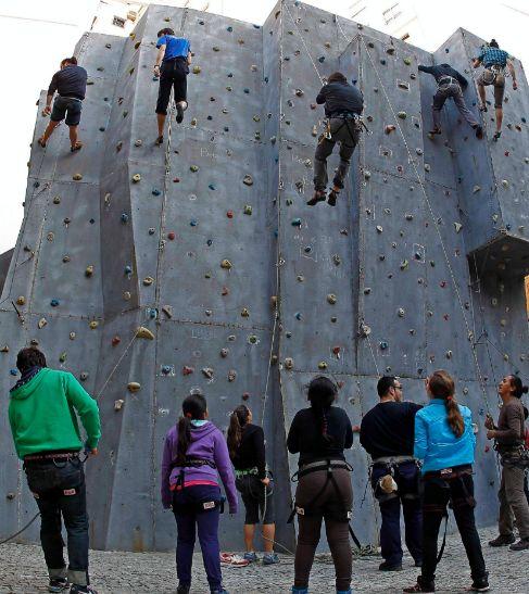Jóvenes escalando, ayer, por el rocódromo de La Petxina.
