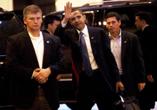El presidente de Estados Unidos rodeado de personal del servicio...