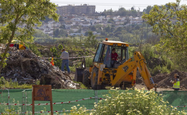 La excavadora realiza días atrás trabajos de desescombro en la zona...