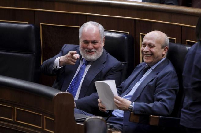 Miguel Arias Cañete bromea con José Ignacio Wert durante el Pleno...