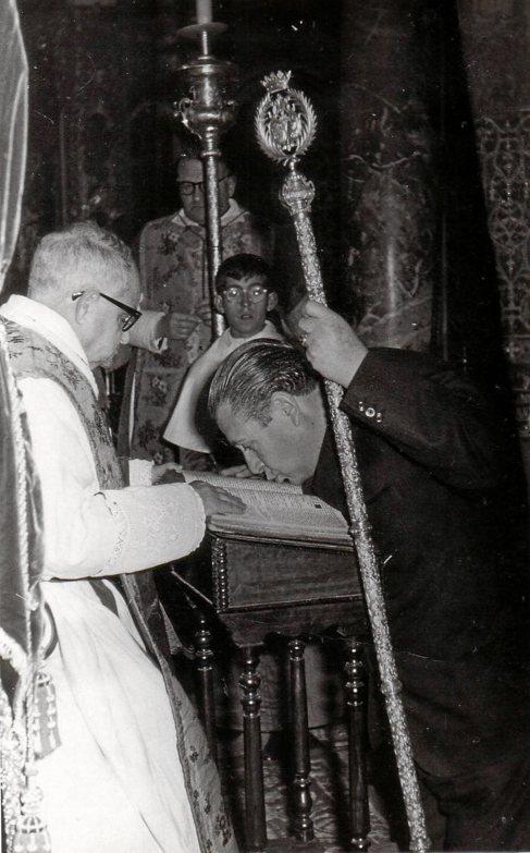 Pedro Lusarreta jura las reglas de la hermandad en 1964.