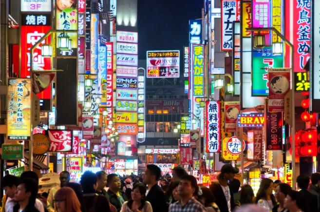 Turistas paseando por el centro de Tokio.
