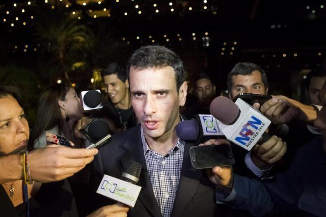 Henrique Capriles habla ante los medios.