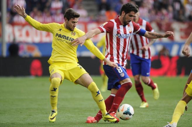 Raúl García pugna por un balón en el encuentro frente al...