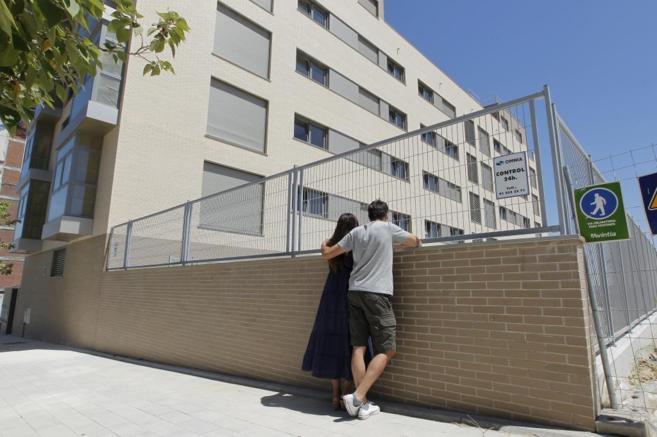 Imagen de archivo de una pareja en la nueva zona residencial de...