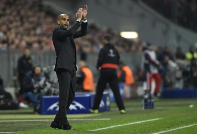 Guardiola aplaude una jugada de sus jugadores en el partido frente al...