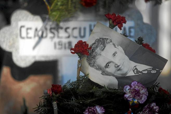 Una fotografía del dictador Nicolae Ceausescu, sobre su tumba en el...