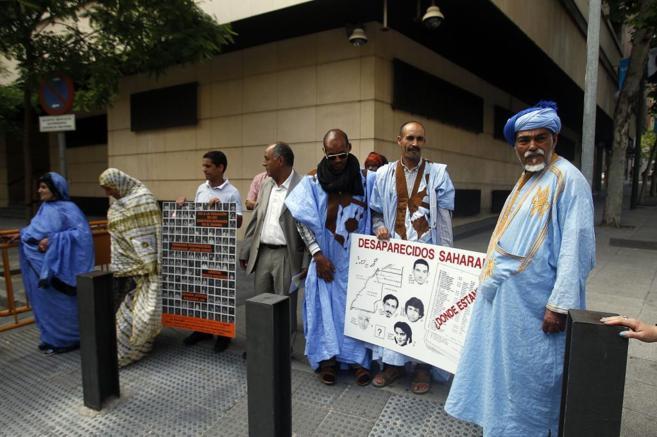 Un grupo de saharauis protesta a las puertas de la Audiencia Nacional.