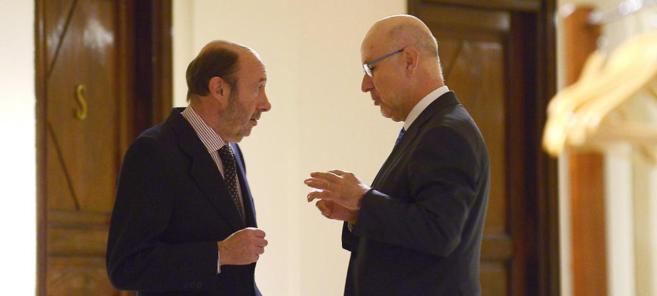 Alfredo Pérez Rubalcaba habla con Josep Antoni Duran Lleida ayer en...