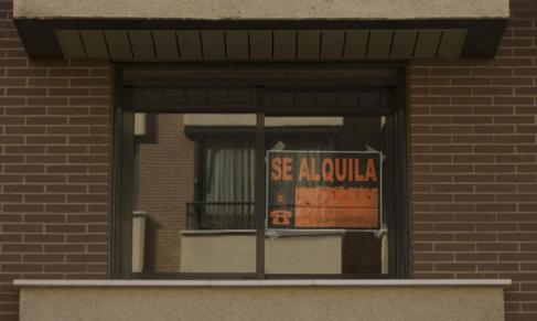 Cartel de 'Se alquila' en un piso del PAU de Montecarmelo en...
