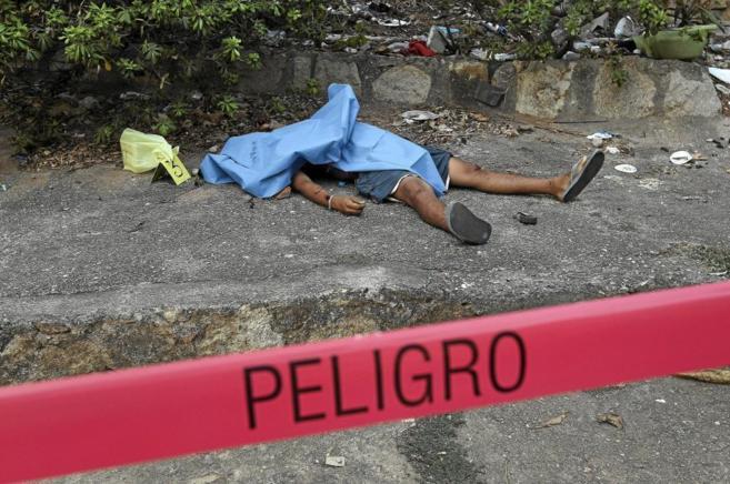 Vista de un cadáver en la escena de un crimen relacionado con el...