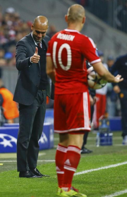 Guardiola da instrucciones a Arjen Robben.