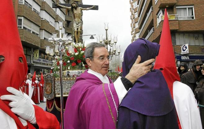 Un sacerdote saluda a un preso indultado en Palencia en la Semana...